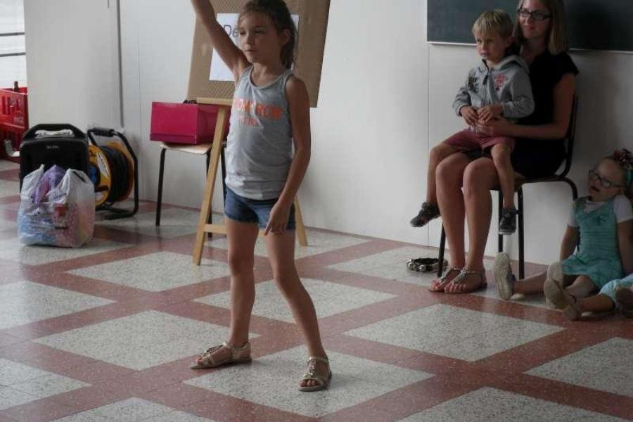 Ashley zingt en danst op een zelfgemaakt lied. Ze haalde inspiratie uit een activiteit van Lunatica.